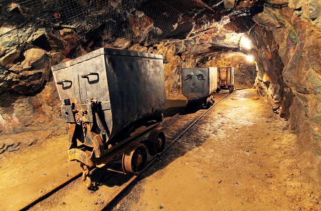 ۹۵۰ کارگر معدن طلا در اعماق زمین گیر افتادهاند
