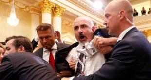 خبرنگار معترض به کنفرانسمطبوعاتی ترامپ و پوتین اخراج شد