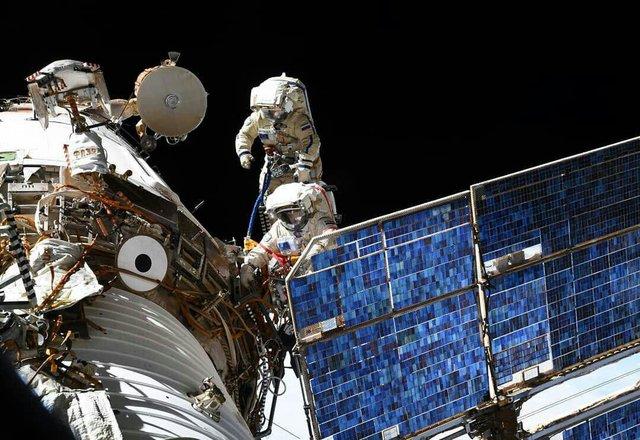 وقتی فضانوردان در فضا پیادهروی میکنند