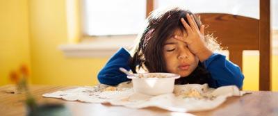 کودکان در هر سن باید چه میزان غذا بخورند و چند ساعت در روز بخوابند؟